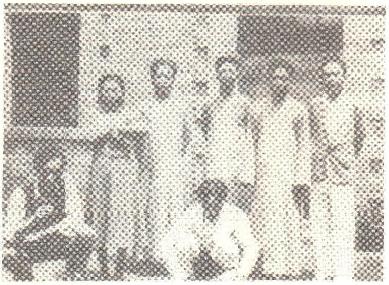 朱琏(左二)与朋友在石家庄